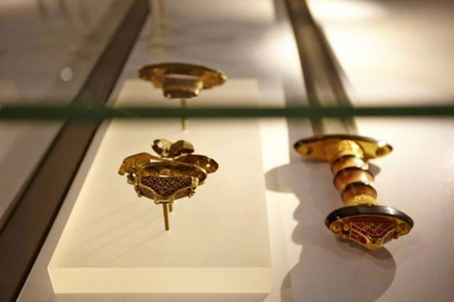 https://www.ancient-origins.net/sites/default/files/styles/large/public/Military-artifacts-Staffordshire-hoard.jpg?itok=t8SBoIdo