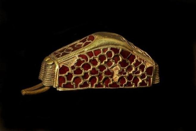 https://www.ancient-origins.net/sites/default/files/styles/large/public/artifact-Staffordshire-hoard.jpg?itok=8kwKgQwg