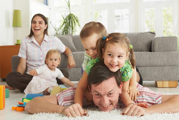 در خانه ماندن آن هم در روزهایی که همیشه پر از هیاهو و شادی بوده است برای  اغلب افراد سخت اما ناگزیر است. در این شرایط برای دوری از کسالت و خستگی،  تفریحهای خانوادگی میتواند مفید باشد.