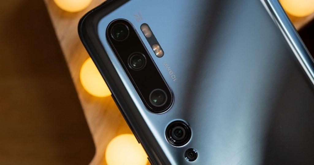 قابلیتهای فراوان گوشیهای هوشمند امروزی موجب شده تا معیارها و انتظارات خریداران از تلفنهای همراه نیز تغییر کند. اما برخی ویژگیها از همان ابتدا برای خریداران حائز اهمیت بود و توجه ویژهای به آن داشتند. کیفیت دوربین، یکی از قابلیتهایی است که از حدود 15 سال پیش یعنی زمان مجهز شدن تلفنهای همراه به دوربین، مورد توجه خریداران قرار گرفت و کیفیت دوربین بهتر یک تلفن همراه، به معنای محبوبیت و فروش بالاتر آن مدل بود.